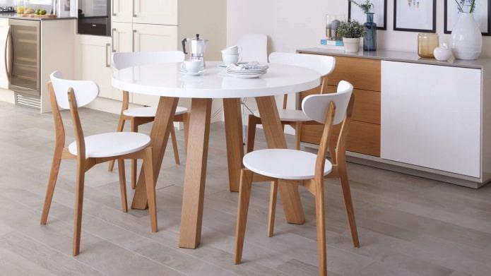 table de cuisine ronde à l'intérieur de la cuisine