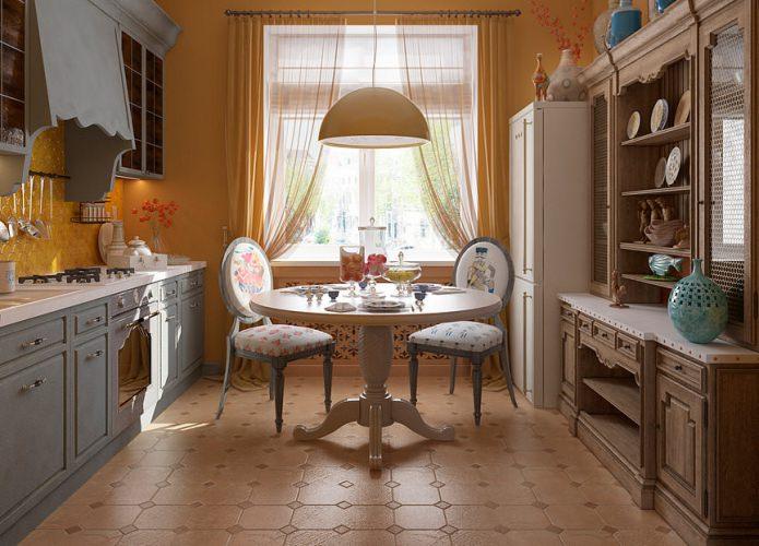 Table à manger à l'intérieur de la cuisine