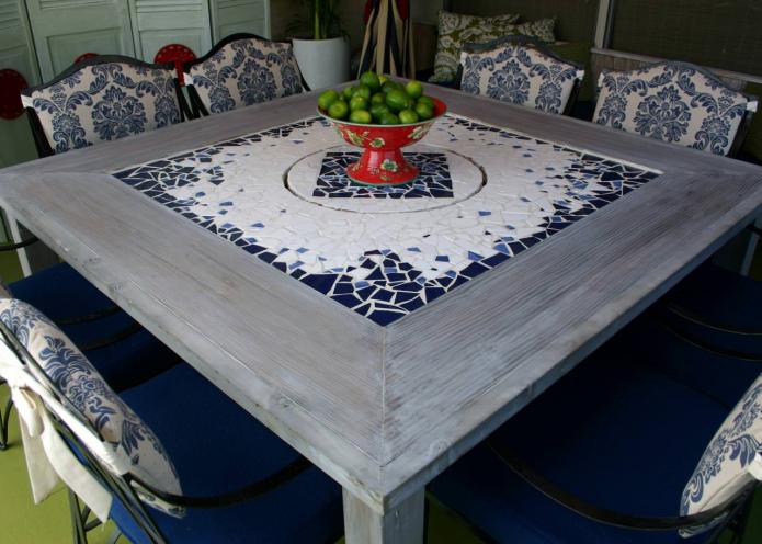 une table avec un plateau en mosaïque à l'intérieur de la cuisine