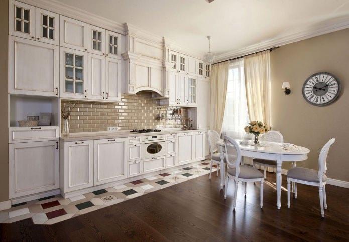 table blanche à l'intérieur de la cuisine