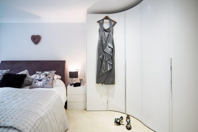 Armoire radiale à l'intérieur de la chambre