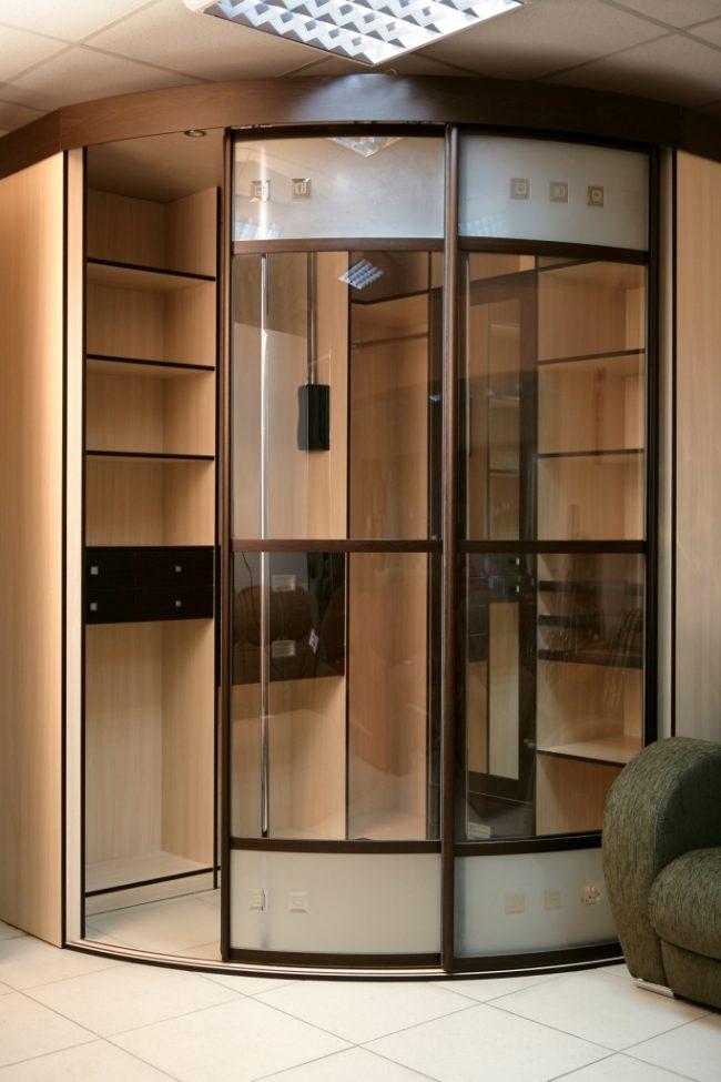 Armoire d'angle avec portes vitrées