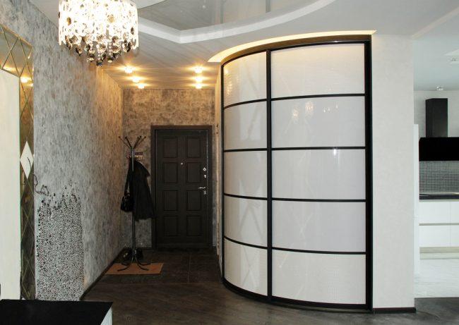 Couloir dans un style classique avec une armoire rayon
