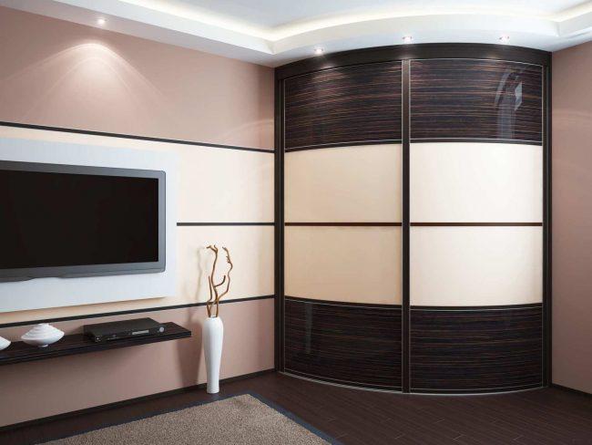 Salon aux couleurs pastel avec une armoire rayon