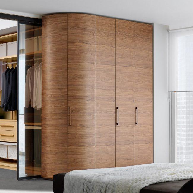 Les armoires coulissantes peuvent être achetées toutes faites ou commandées selon un projet individuel