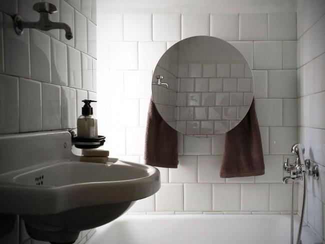 Écran en verre avec une surface de miroir dans la salle de bain