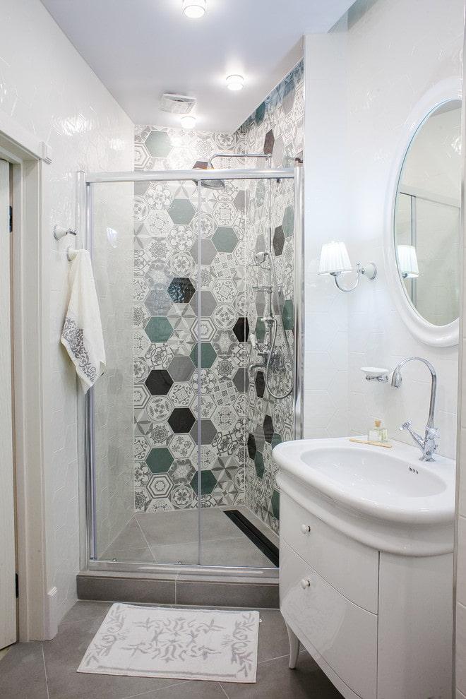 Salle de douche dans le coin