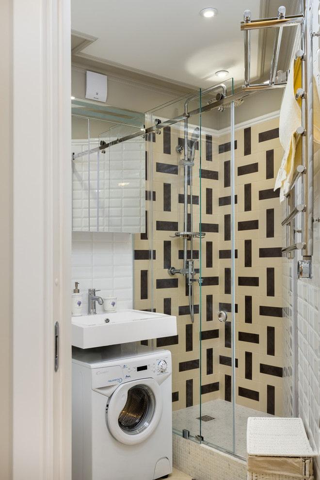 Cabine de douche derrière une vitre