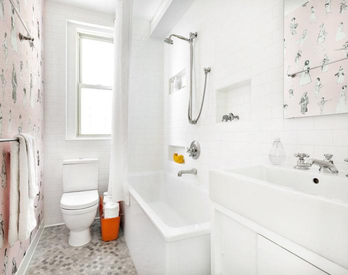 Baignoire dans la salle de bain avec fenêtre