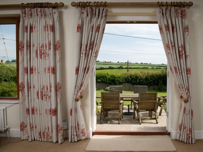 Un tissu épais dans la porte aidera à ombrager magnifiquement la cuisine d'été