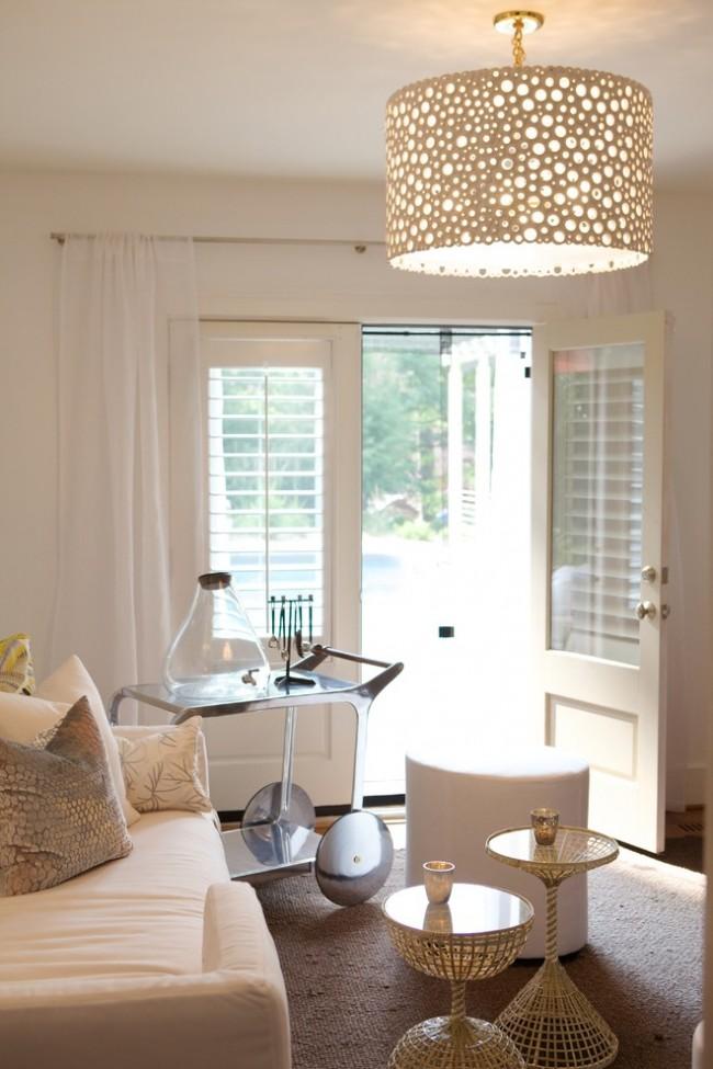 Des rideaux délicats rempliront l'intérieur de chaleur et de confort