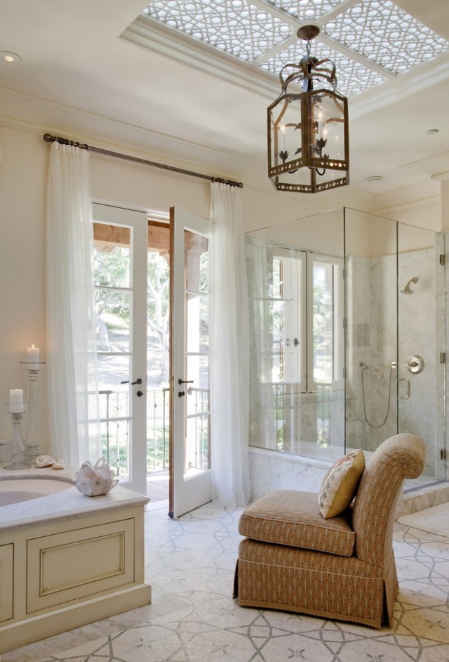 Rideau d'air en mousseline de soie dans la salle de bain