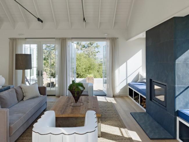Dans une maison de campagne, un rideau fin transparent vous sauvera des insectes agaçants