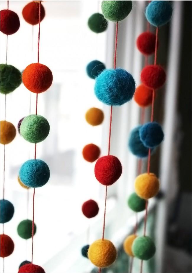 Des perles de laine multicolores faites maison décoreront la porte