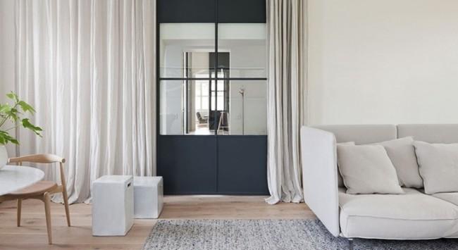 Complétion harmonieuse du décor de la chambre avec un rideau de porte