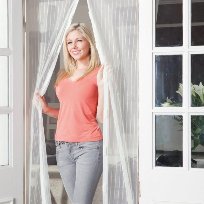 Parfois, les rideaux ont besoin d'une fonctionnalité pure, comme en saison lorsque vous devez vous débarrasser des mouches et des moustiques gênants dans la maison.  Mais les rideaux magnétiques spéciaux sont également très décoratifs.
