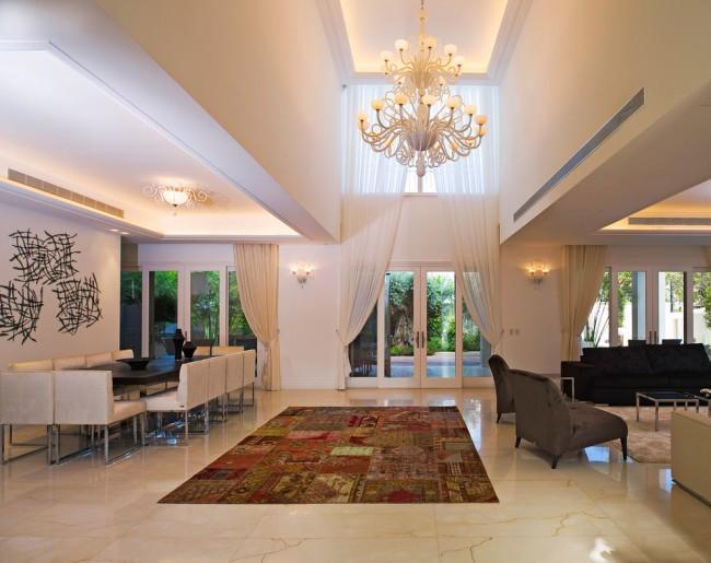 Un immense rideau décoratif pour les fenêtres de deux niveaux à la fois rend l'intérieur du hall plus spectaculaire