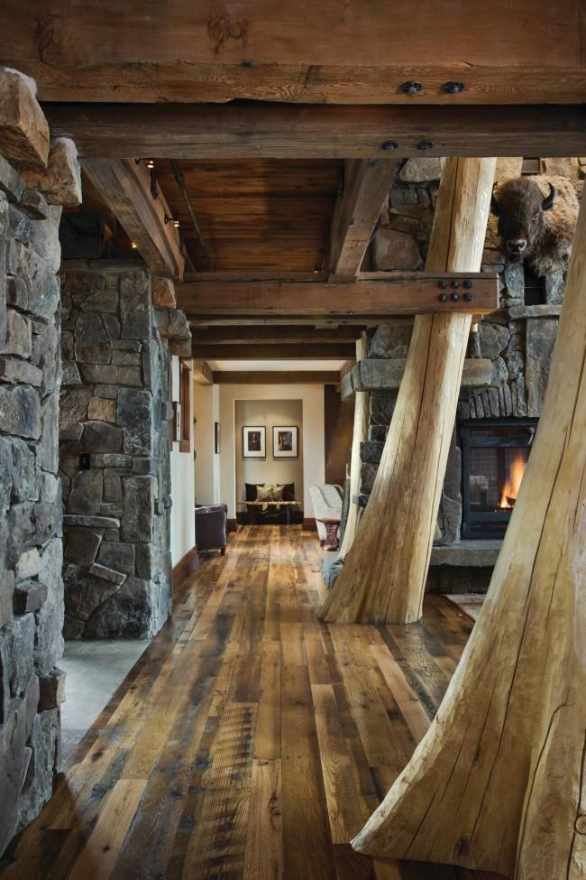 Pierre décorative dans le couloir.  Pierre sauvage primitive et bois peu transformé