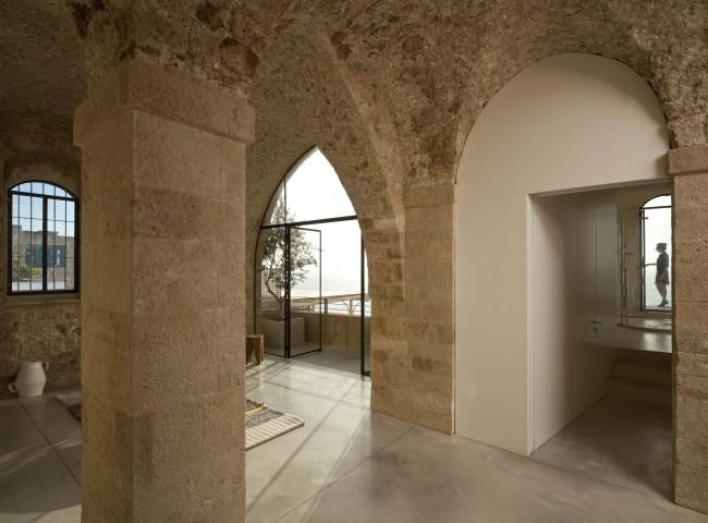 Les voûtes d'une salle méditerranéenne minutieusement planifiée dans une maison privée