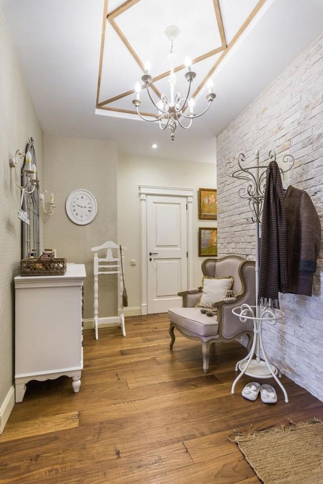 Un mur clair qui imite l'usure et le blanchiment ajoute une touche à l'intérieur moderne du couloir d'un petit appartement en ville