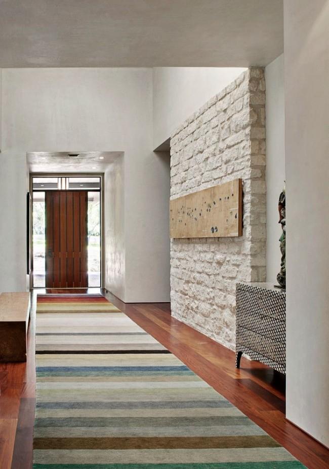 Un mur de pierre décorative est la décoration la plus visible du couloir.