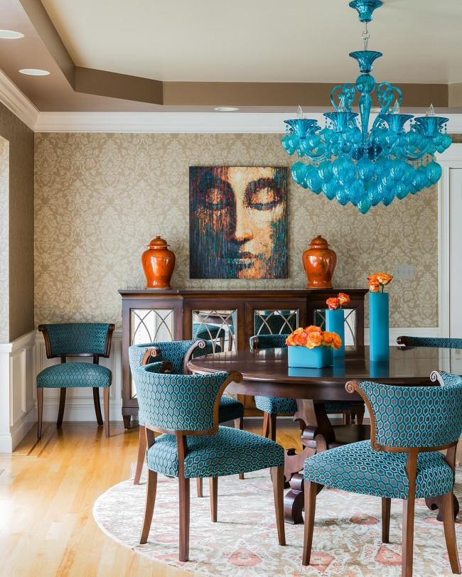 Une merveilleuse combinaison de couleurs turquoise et terre cuite à l'intérieur du salon