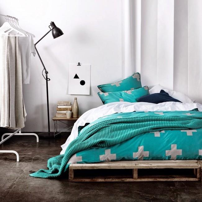 Les textiles turquoise sont parfaits pour une chambre blanche