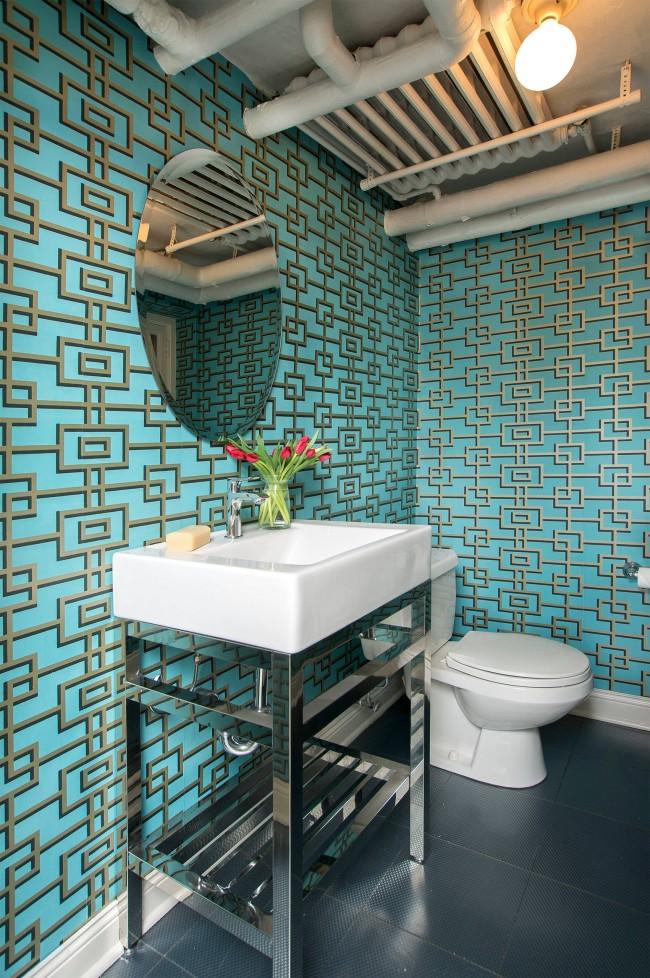 Papier peint turquoise avec couleur or à l'intérieur des toilettes