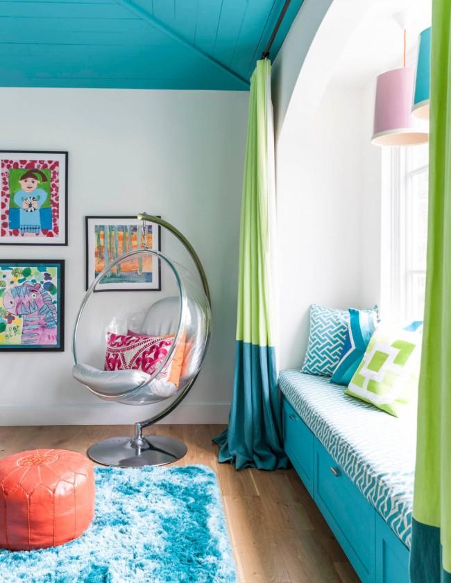 Plafond turquoise, mobilier et déco dans la pépinière