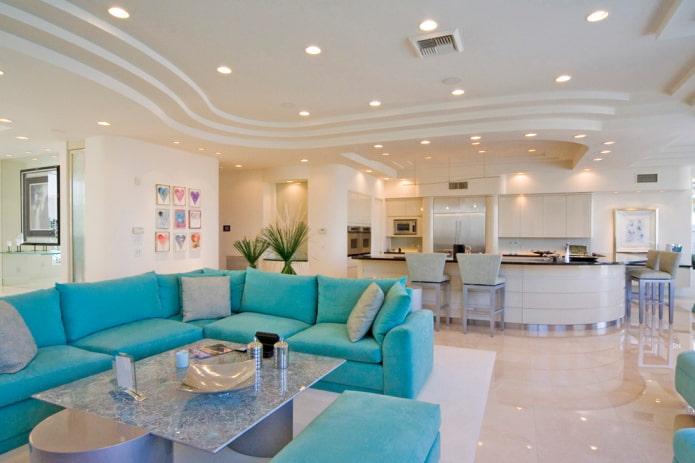plafond en plaques de plâtre à plusieurs niveaux dans le salon