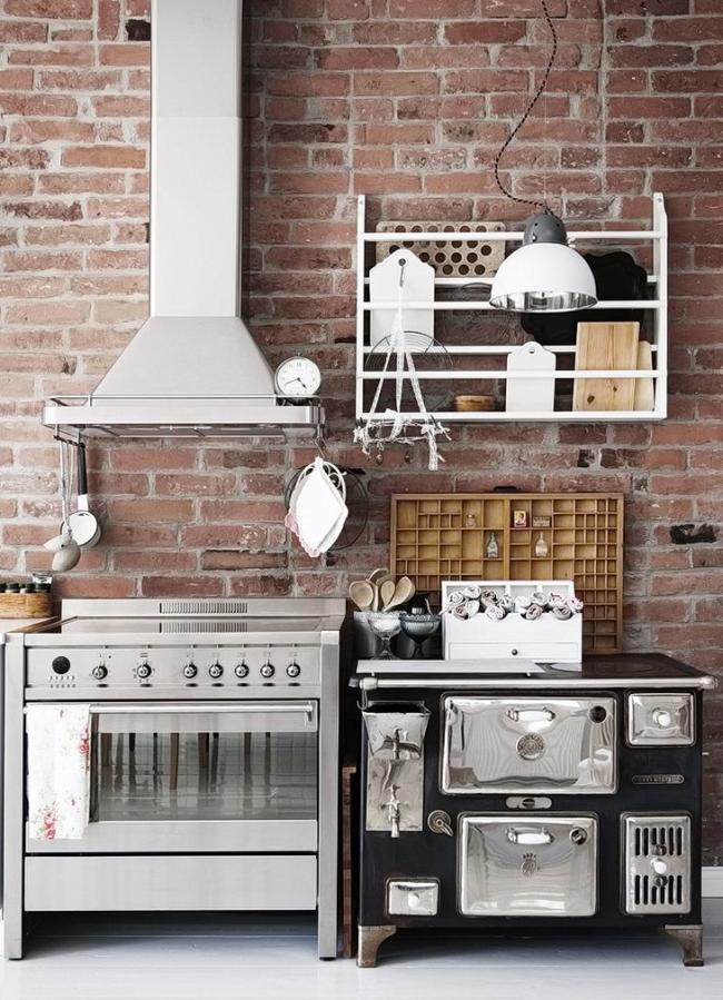 Modèle mignon dans une petite cuisine