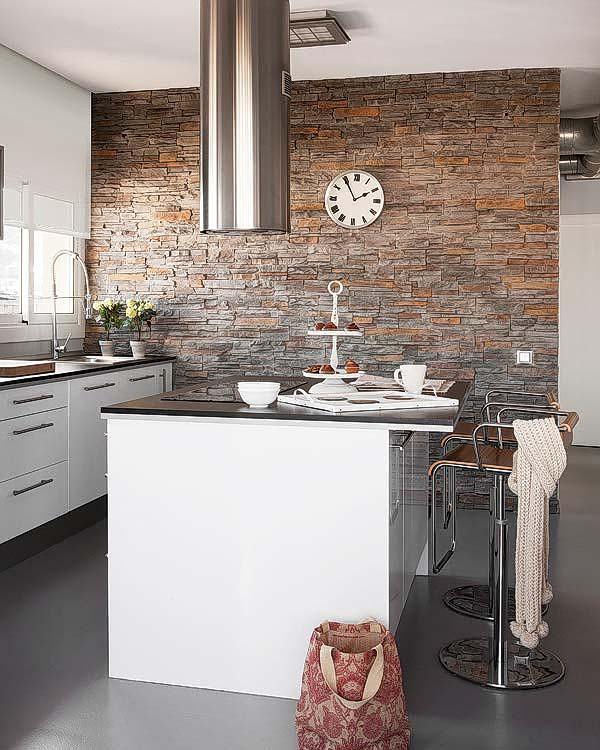 Une hotte îlot intéressante dans une cuisine moderne