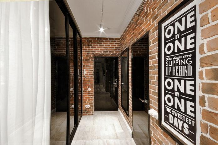 portes en plastique dans le couloir dans le style loft
