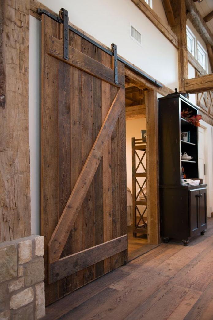 portes brunes à l'intérieur dans le style loft