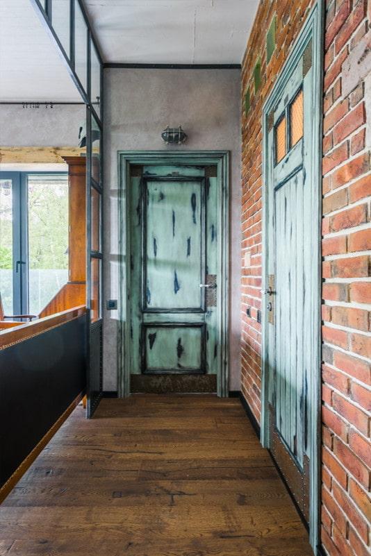 portes vieillies dans un intérieur de style loft