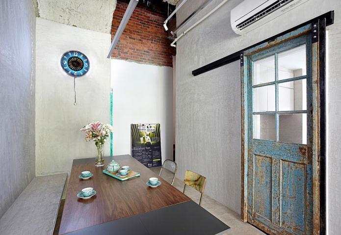 porte vitrée dans un intérieur de style loft