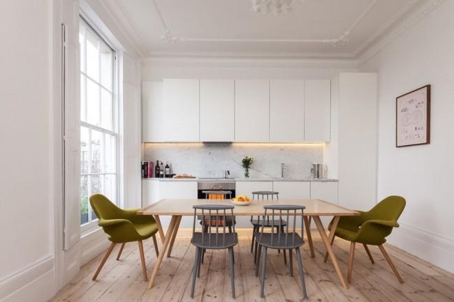 Cuisine spacieuse et lumineuse avec fenêtre en bois traditionnelle