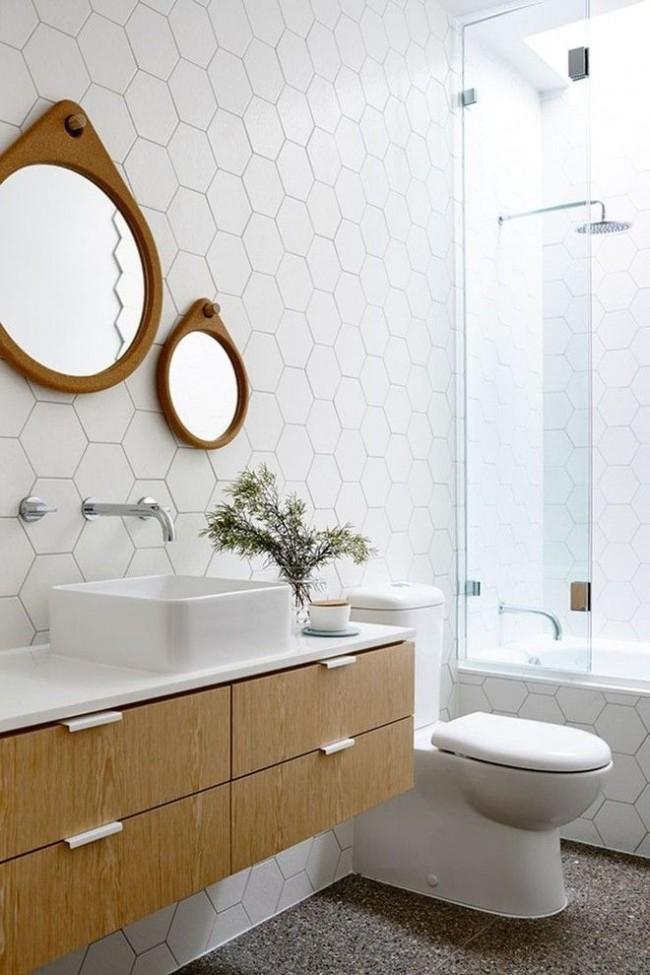 Salle de bain moderne en blanc avec des détails en bois