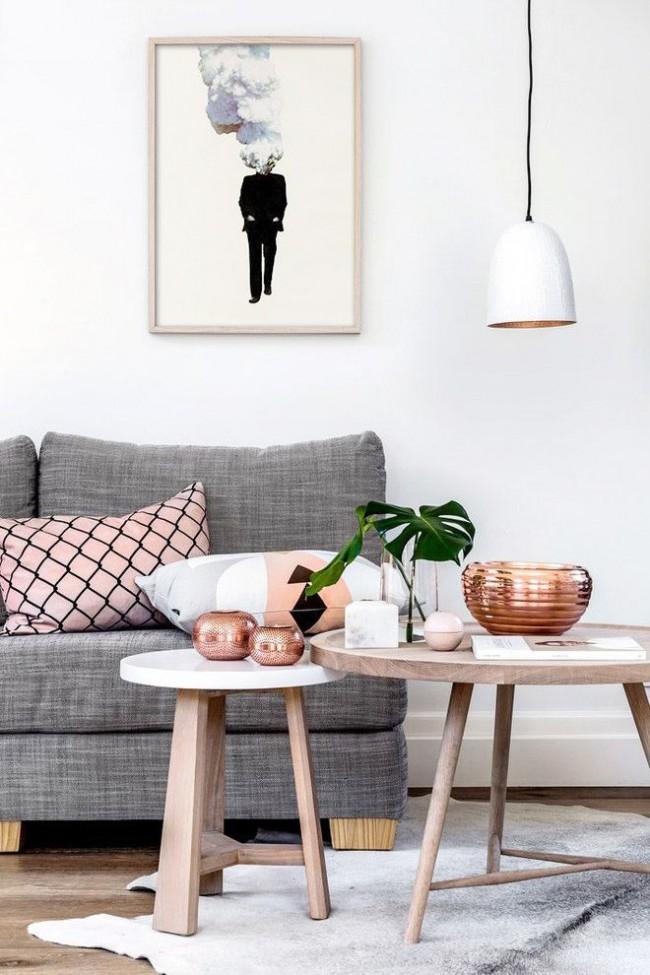 Des matériaux naturels dans un salon scandinave moderne : bois, lin, cuivre