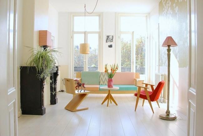 Séjour lumineux avec lampadaires et mobilier géométrique original pour l'espace détente