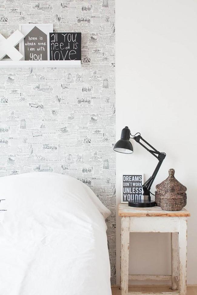 Papier peint journal, table de chevet vieillie, éléments de décoration en osier - caractéristiques d'un style scandinave simple mais confortable