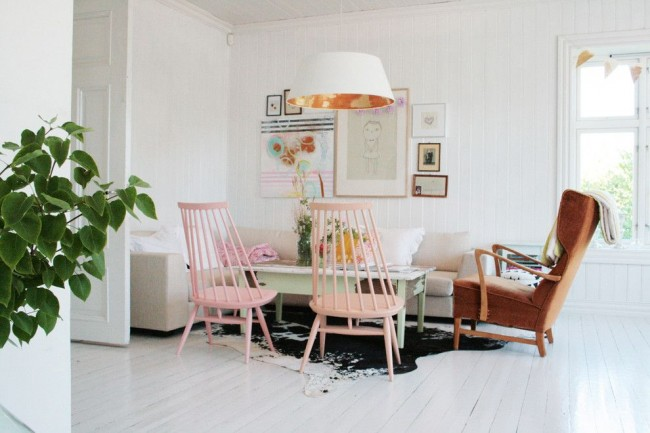 Habillage cuir du fauteuil, canapé textile éclectique et bois à profusion dans un intérieur de style scandinave