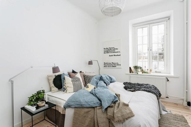 Des murs blancs, du parquet au sol, une fenêtre sans rideaux pour une meilleure pénétration de la lumière, des sources lumineuses artificielles et une abondance de matières textiles naturelles - le tout dans l'esprit scandinave