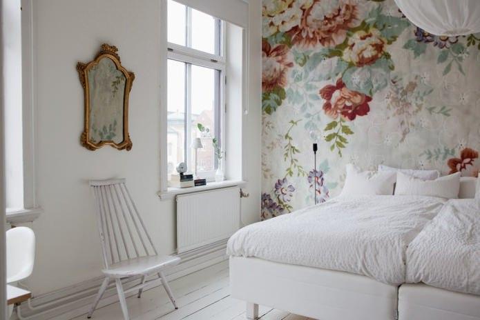 Peindre les murs de la chambre (fleurs)