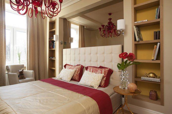 chambre avec niches au mur et finition miroir