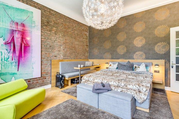 Mur de briques dans la chambre (combinaison avec du papier peint)