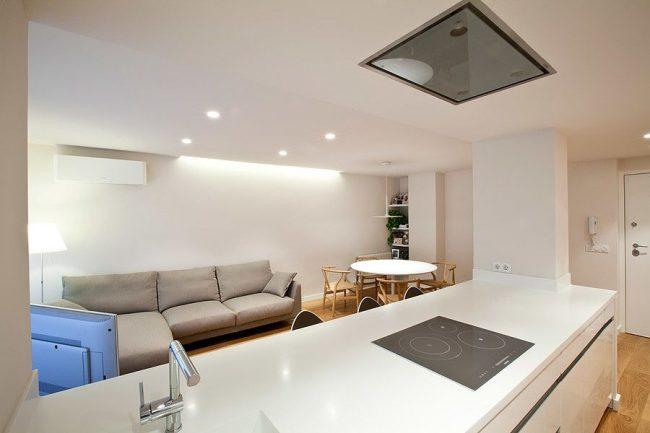 Un canapé gris massif et doux dans un intérieur de cuisine moderne