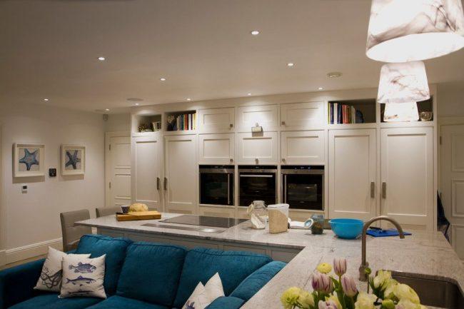 Canapé d'angle turquoise lumineux dans une cuisine lumineuse