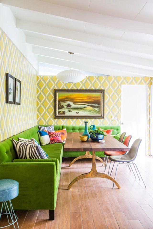 Le style fusion dans la cuisine est complété par un canapé d'angle moelleux de couleur verte riche