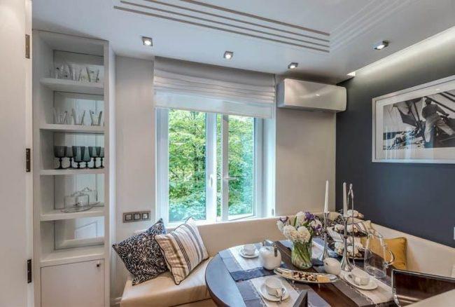 Canapé d'angle transformable de couleur lilas dans une cuisine spacieuse